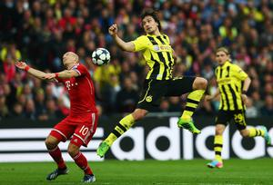 LONDON, ENGLAND - MAY 25:  Arjen Robben of Bayern Muenchen (L) in action with Mats Hummels of Borussia Dortmund during the UEFA Champions League final match between Borussia Dortmund and FC Bayern Muenchen at Wembley Stadium on May 25, 2013 in London, United Kingdom.  (Photo by Alex Grimm/Getty Images)
