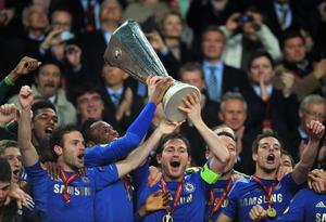 AMSTERDAM, NETHERLANDS - MAY 15:  Frank Lampard of Chelsea lifts the trophy during the UEFA Europa League Final between SL Benfica and Chelsea FC at Amsterdam Arena on May 15, 2013 in Amsterdam, Netherlands.  (Photo by Jamie McDonald/Getty Images)