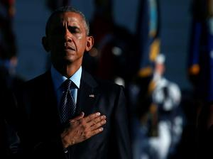 WASHINGTON, DC - SEPTEMBER 11:  US President Barack Obama participates in a moment of silence to mark the 14th anniversary of the 911 terror attacks, on the South Lawn of the White House on September 11, 2015 in Washington, DC. Today marks the fourteenth anniversary of the September 11, 2001 attacks when terroristists high jacked airliners and flew them in the World Trade Center and the Pentagon.  (Photo by Mark Wilson/Getty Images)