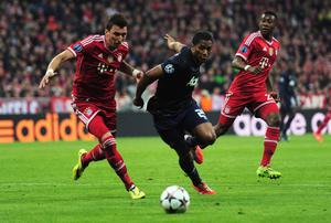 MUNICH, GERMANY - APRIL 09:  Mario Mandzukic of Bayern Muenchen challenges Antonio Valencia of Manchester United during the UEFA Champions League Quarter Final second leg match between FC Bayern Muenchen and Manchester United at Allianz Arena on April 9, 2014 in Munich, Germany.  (Photo by Shaun Botterill/Getty Images)