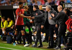 VIGO, SPAIN - MAY 04:  Marcus Rashford of Manchester United shakes hands with Jose Mourinho manager of Manchester United as he is substituted during the UEFA Europa League semi final, first leg match between Celta Vigo and Manchester United at the Estadio Balaidos on May 4, 2017 in Vigo, Spain.  (Photo by David Ramos/Getty Images)