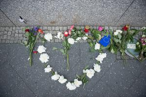 BERLIN, GERMANY - MAY 23: Flowers lay in shape of a heart in front of British Embassy on May 23, 2017 in Berlin, Germany. An explosion occurred at Manchester Arena as concert goers were leaving the venue after Ariana Grande had performed. Greater Manchester Police are treating the explosion as a terrorist attack and have confirmed 22 fatalities and 59 injured.  (Photo by Steffi Loos/Getty Images)