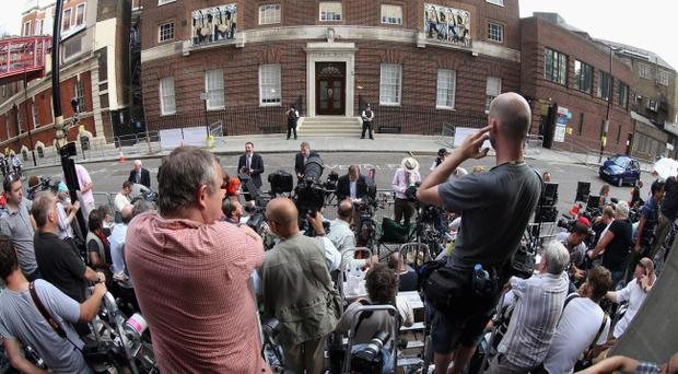 LONDON, ENGLAND - JULY 22: Members of the world's media gather outside The Lindo Wing as they wait for news of the birth of the first child of The Duke and Duchess of Cambridge outside The Lindo Wing at St Mary's Hospital on July 22, 2013 in London, England. (Photo by Chris Jackson/Getty Images)