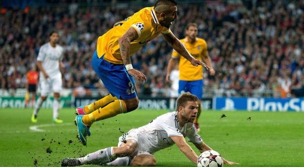 MADRID, SPAIN - OCTOBER 23: Arturo Vidal of Juventus (L) clashes with Asier Illarramendi (R) of Real Madrid CF during the UEFA Champions League Group B match between Real Madrid CF and Juventus at Estadio Santiago Bernabeu on October 23, 2013 in Madrid, Spain. (Photo by Gonzalo Arroyo Moreno/Getty Images)