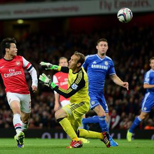 LONDON, ENGLAND - OCTOBER 29: Ryo Miyaichi of Arsenal (L) misses a chance on goal during the Capital One Cup Fourth Round match between Arsenal and Chelsea at the Emirates Stadium on October 29, 2013 in London, England. (Photo by Jamie McDonald/Getty Images)