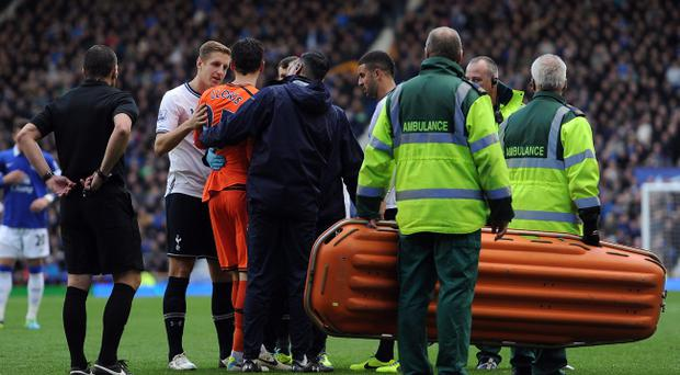 LIVERPOOL, ENGLAND - NOVEMBER 03: Hugo Lloris of Tottenham Hotspur leaves the field through injury during the Barclays Premier League match between Everton and Tottenham Hotspur at Goodison Park on November 03, 2013 in Liverpool, England. (Photo by Chris Brunskill/Getty Images)