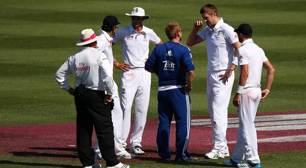 SYDNEY, AUSTRALIA - JANUARY 03: Boyd Rankin of England speaks to team mates and medical staff before leaving the field with an injury for the second time during day one of the Fifth Ashes Test match between Australia and England at Sydney Cricket Ground on January 3, 2014 in Sydney, Australia. (Photo by Matt King/Getty Images)