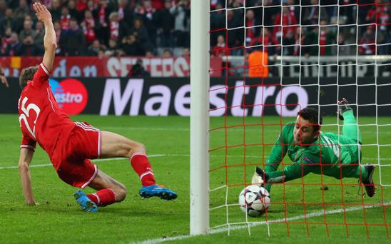 MUNICH, GERMANY - MARCH 11: Lukasz Fabianski, keeper of Arsenal safes a penalty by Thomas Mueller (L) of Muenchen during the UEFA Champions League Round of 16 second leg match between FC Bayern Muenchen and Arsenal FC at Allianz Arena on March 11, 2014 in Munich, Germany. (Photo by Alexander Hassenstein/Bongarts/Getty Images)