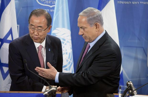 Secretary General of The United Nations Ban Ki- Moon (L) and Israel Prime Minister Benjamin Netanyahu shake hands after a press conference on July 22, 2014 in Tel Aviv, Israel. (Photo by Lior Mizrahi/Getty Images)