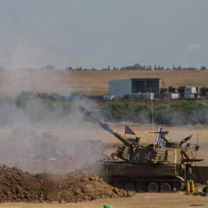 An Israeli tank fires artillery shells after a ceasefire failed on July 27, 2014 near Sderot, Israel (Photo by Andrew Burton/Getty Images)