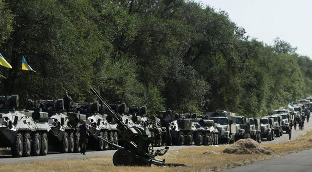 Ukrainian soldiers park their hardware on the roadside as they wait for the start of the march into the town of Mariupol, eastern Ukraine Aug 27, 2014 (AP Photo/Sergei Grits)