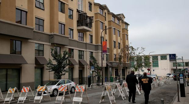 Police at the scene of a balcony collapse at an apartment building near UC Berkeley on June 16, 2015 in Berkeley (Photo by Justin Sullivan/Getty Images)