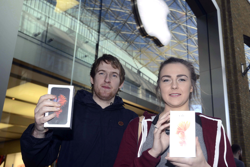 Adam and Beth Johnston were among the first to get their hands on the new iPhone 6s at the Apple store in Victoria Square. Pic: Colm Lenaghan/Pacemaker Press.