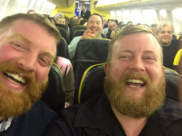 Two strangers who look identical who met on a Ryanair flight. Pic twitter Lee Beattie @leebeattie