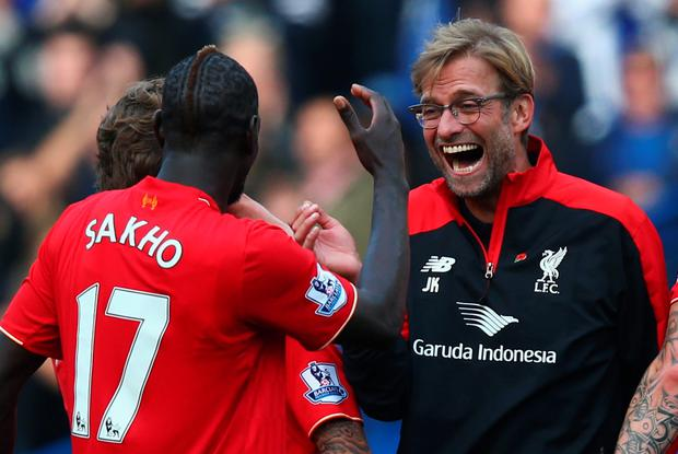LONDON, ENGLAND - OCTOBER 31: Jurgen Klopp (R), manager of Liverpool celebrates his team's 3-1 win with his player Mamadou Sakho (L) after the Barclays Premier League match between Chelsea and Liverpool at Stamford Bridge on October 31, 2015 in London, England. (Photo by Clive Rose/Getty Images)