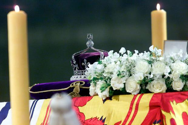 403420 01: The Queen Mother's crown, bearing the Koh''i''noor diamond, lies on the coffin of the Queen Mother as it lies in state April 5, 2002 in Westminster Hall, London. (Photo by Getty Images)