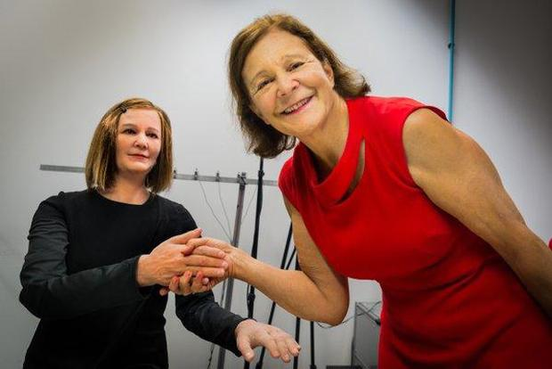 Professor Nadia Thalmann (right) presents her 'doppelgänger' humanoid NTU/@NTUsg via Twitter