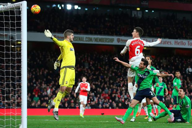 Southampton's English goalkeeper Fraser Forster (L) makes himself big to defend against a header from Arsenal's French defender Laurent Koscielny (R) during the English Premier League football match between Arsenal and Southampton at the Emirates Stadium in London on February 2, 2016. AFP/Getty Images