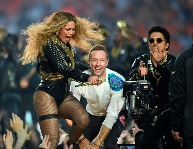 (L-R) Beyonce, Chris Martin and Bruno Mars perform during Super Bowl 50 between the Carolina Panthers and the Denver Broncos at Levi's Stadium in Santa Clara, California, on February 7, 2016. / AFP / TIMOTHY A. CLARYTIMOTHY A. CLARY/AFP/Getty Images