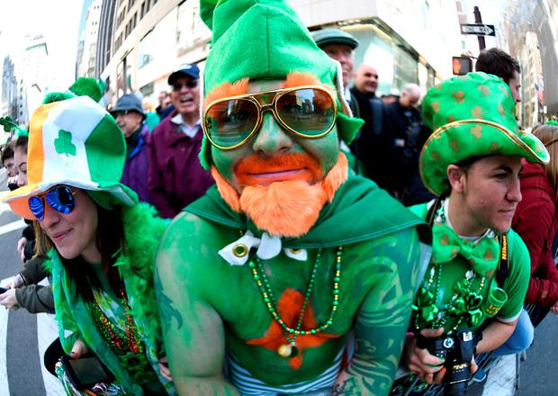 Parade goers pose on 5th Avenue during the 255th New York City St Patrick's Day Parade on March 17, 2016. / AFP PHOTO / Timothy A. CLARYTIMOTHY A. CLARY/AFP/Getty Images