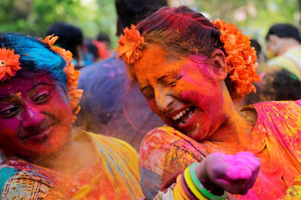 Indian Hindus celebrate the festival of colors or Holi in Kolkata, India, Wednesday, March 23, 2016. (AP Photo/Bikas Das)