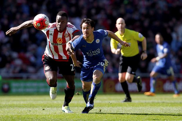 Sunderland's Lamine Kone (left) and Leicester City's Shinji Okazaki battle for the ball during the Barclays Premier League match at the Stadium of Light, Sunderland. PRESS ASSOCIATION Photo. Picture date: Sunday April 10, 2016. See PA story SOCCER Sunderland. Photo credit should read: Owen Humphreys/PA Wire.