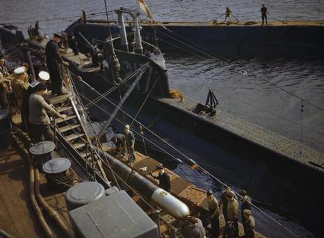 A torpedo is loaded onto P311 at Holy Loch, Scotland, 1942. Image: Imperial War Museums