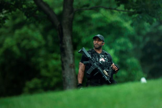 A member of the Secret Service is seen during a security lockdown of the White House grounds May 30, 2016 in Washington, DC. / AFP PHOTO / Brendan SmialowskiBRENDAN SMIALOWSKI/AFP/Getty Images