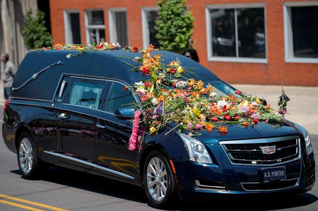 The hearse with the remains of boxing legend Muhammad Ali travels to Cave Hill Cemetery June 10, 2016 in Louisville, Kentucky. AFP/Getty Images