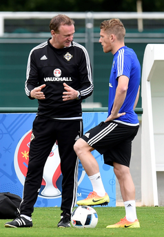 Time to deliver: Michael O'Neill talks tactics with his skipper Steven Davis