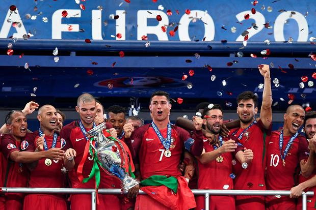 Portugal's Bruno Alves, Ricardo Quaresma, Pepe, Cristiano Ronaldo, Fonte, Andre Gomes and Joao Mario celebrate winning the European Championship. / AFP PHOTO / FRANCK FIFEFRANCK FIFE/AFP/Getty Images