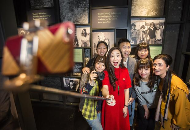 Chinese bloggers Shujin Wang, Min Lin Siew, Bo Liu, Yan Ma,Demi Yang and Pu Zang are pictured Aileen O'Neill, Tourism NI taking a selfie in front of Seamus Heaney's portrait. Picture by Brian Morrison.