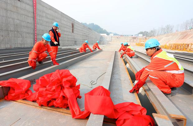 The keel of the Titanic's replica is laid by staff in a project in China