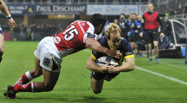 Press Eye - Belfast - Northern Ireland 18th December 2016 - Clermont Auvergne v Ulster Rugby Clermont's English fullback Nick Abendanon (R) scores a try during a rugby union European Cup match between Clermont and Saracens at the Michelin stadium in Clermont-Ferrand, central France, on December 18, 2016. / AFP PHOTO / THIERRY ZOCCOLAN