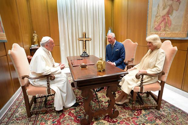 This handout picture released by the Vatican press office shows Pope Francis (L) speaking with Britain's Prince Charles and his wife Camilla, Duchess of Cornwall, during a private audience on April 4, 2017 at the Vatican. / AFP PHOTO / OSSERVATORE ROMANO / HO / RESTRICTED TO EDITORIAL USE - MANDATORY CREDIT