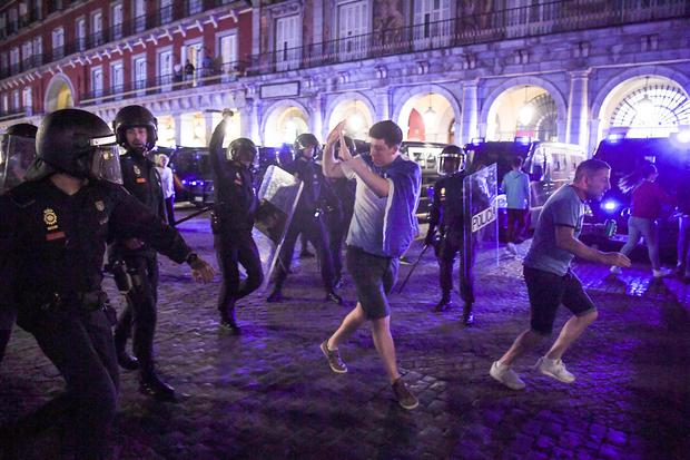 Police clash with Leicester City fans in the Plaza Mayor on April 11, 2017 in Madrid, Spain. (Photo by Getty Images)