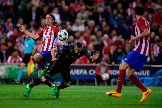 Atletico Madrid's Brazilian defender Filipe Luis (L) vies with Real Madrid's French forward Karim Benzema during the UEFA Champions League semi final second leg football match Club Atletico de Madrid vs Real Madrid CF at the Vicente Calderon stadium in Madrid, on May 10, 2017. AFP/Getty Images