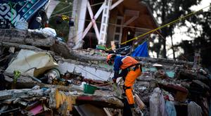 Japan rescue workers evacuate the place where they were working after a seismic alert sounded in Mexico City on September 23, 2017, four days after the powerful quake that hit central Mexico. In the capital, the quake toppled 39 buildings, mostly in a central area with older construction that is popular with tourists and foreigners living in the city, and also in the south. / AFP PHOTO / RONALDO SCHEMIDTRONALDO SCHEMIDT/AFP/Getty Images