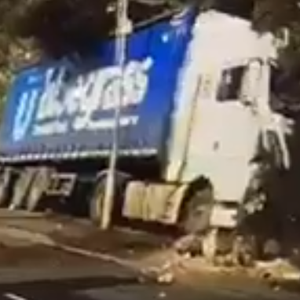 The lorry mounted the pavement.