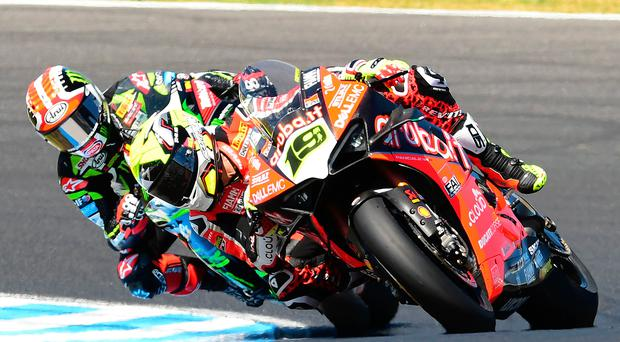 Up close: Jonathan Rea tucked in behind Alvaro Bautista