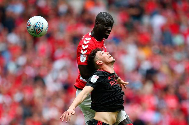 LONDON, ENGLAND - MAY 26: Tom Flanagan of Sunderland and Naby Sarr of Charlton Athletic compete for a header during the Sky Bet League One Play-off Final match between Charlton Athletic and Sunderland at Wembley Stadium on May 26, 2019 in London, United Kingdom. (Photo by Charlie Crowhurst/Getty Images)