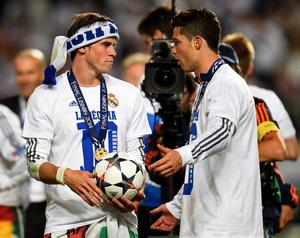 LISBON, PORTUGAL - MAY 24:  Gareth Bale celebrates with Cristiano Ronaldo of Real Madrid during the UEFA Champions League Final between Real Madrid and Atletico de Madrid at Estadio da Luz on May 24, 2014 in Lisbon, Portugal.  (Photo by Shaun Botterill/Getty Images)