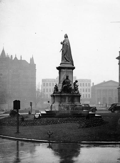 Statue of Queen Victoria in the grounds of the City Hall, Belfast. 5/1/1943 Belfast Telegraph Collection/NMNI