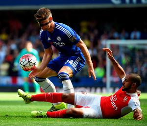 LONDON, ENGLAND - SEPTEMBER 19: Gary Cahill of Chelsea and Theo Walcott of Arsenal compete for the ball during the Barclays Premier League match between Chelsea and Arsenal at Stamford Bridge on September 19, 2015 in London, United Kingdom.  (Photo by Ross Kinnaird/Getty Images)