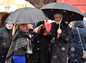 Sinn Fein President, Gerry Adams (R) and Sinn Fein Northern Leader, Michelle O'Neill (L) comfort a mourner as they await the coffin of the late Martin McGuinness on March 21, 2017 in Derry (Photo by Charles McQuillan/Getty Images)