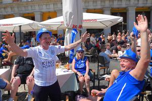 Leicester City's supporters sing at a terrace bar on Plaza Mayor before the UEFA Champions League quarter final first leg football match Club Atletico de Madrid vs Leicester City, in Madrid on April 12, 2017. / AFP PHOTO / CURTO DE LA TORRECURTO DE LA TORRE/AFP/Getty Images