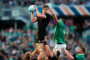 CHICAGO, IL - NOVEMBER 05:  Scott Barrett of New Zealand wins lineout ball under pressure from CJ Stander of Ireland during the international match between Ireland and New Zealand at Soldier Field on November 5, 2016 in Chicago, United States.  (Photo by Phil Walter/Getty Images)