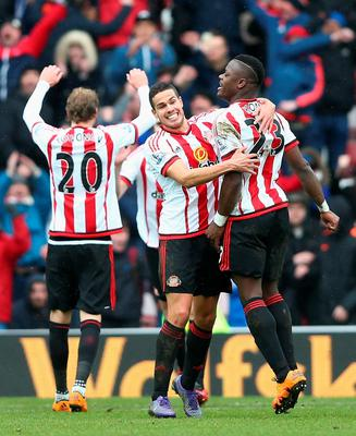 SUNDERLAND, ENGLAND - FEBRUARY 13:  Ola Toivonen (L), Jack Rodwell (C) and Lamine Kone (R) of Sunderland celebrate their win after the Barclays Premier League match between Sunderland and Manchester United at the Stadium of Light on February 13, 2016 in Sunderland, England.  (Photo by Clive Brunskill/Getty Images)