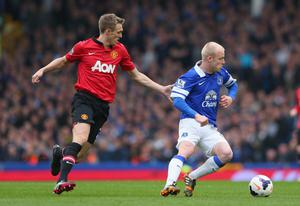 LIVERPOOL, ENGLAND - APRIL 20:  Steven Naismith of Everton turns away from Darren Fletcher of Manchester United during the Barclays Premier League match between Everton and Manchester United at Goodison Park on April 20, 2014 in Liverpool, England.  (Photo by Alex Livesey/Getty Images)