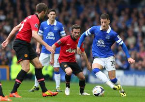 LIVERPOOL, ENGLAND - APRIL 20:  Ross Barkley of Everton takes on Juan Mata and Jonny Evans of Manchester United during the Barclays Premier League match between Everton and Manchester United at Goodison Park on April 20, 2014 in Liverpool, England.  (Photo by Alex Livesey/Getty Images)